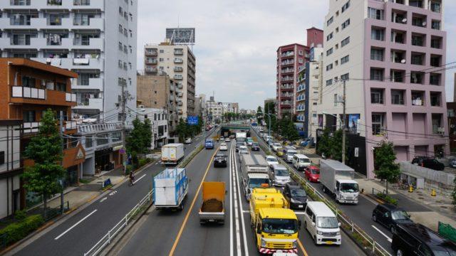 通行量の多い道路